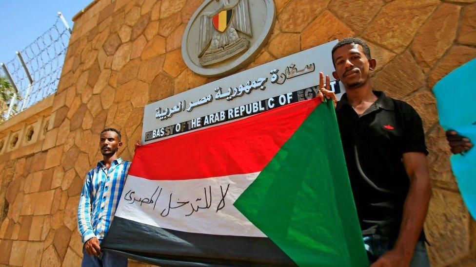 متظاهرون سودانيون أمام السفارة المصرية بالخرطوم