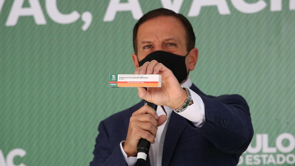 João Doria segurando embalagem da ButanVac