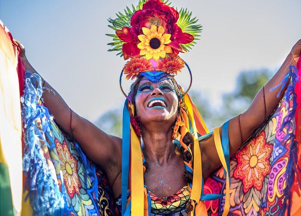 Mujer celebrando el carnaval.