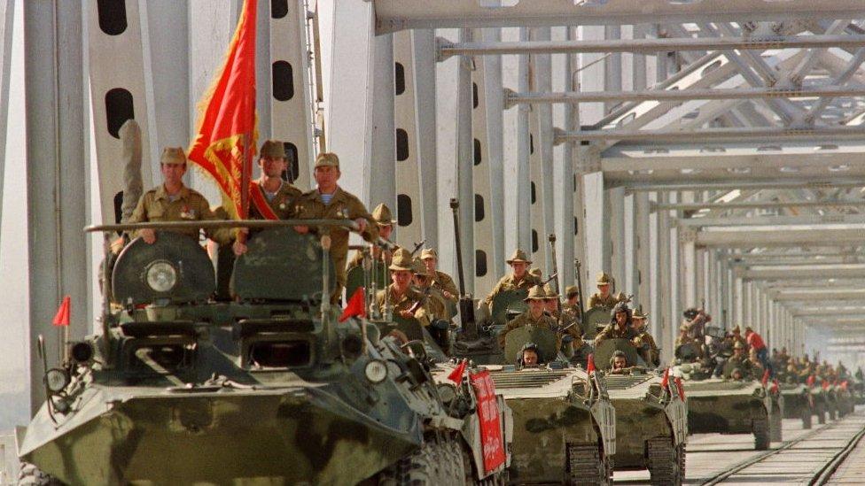 Tanques soviéticos abandonan Afganistán.