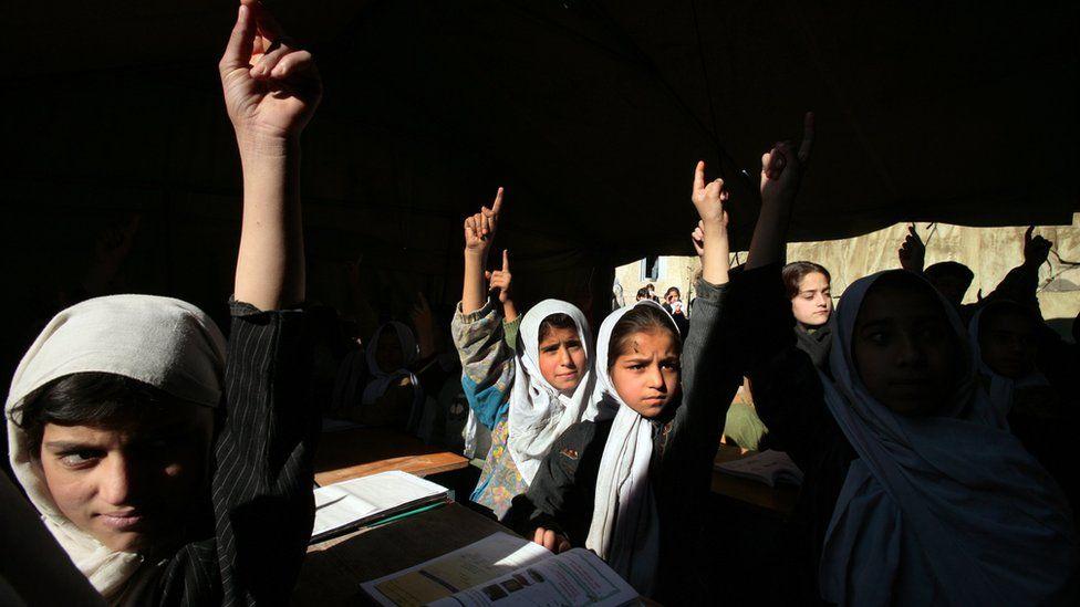 طالبان أفغانيات في مدرسة قبل طالبان