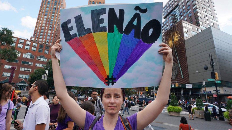 Mujer manifestándose contra Bolsonaro.