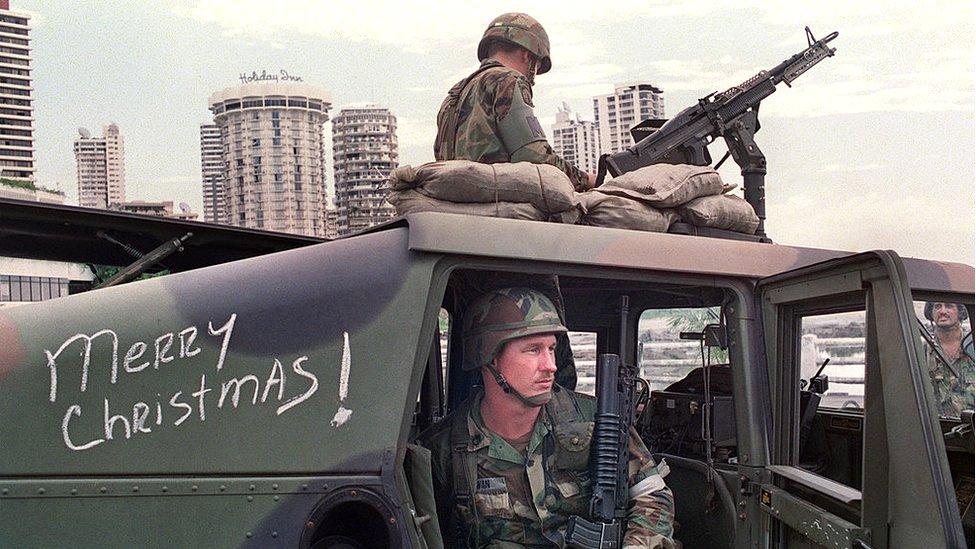 """Invasión de EE.UU. a Panamá en 1989: cómo la """"Operación Causa Justa"""" llevó a la caída de Noriega y la desaparición del ejército en el país centroamericano - BBC News Mundo"""