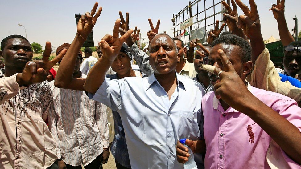 المحتجون يطالبون بتسليم السلطة لإدارة مدنية
