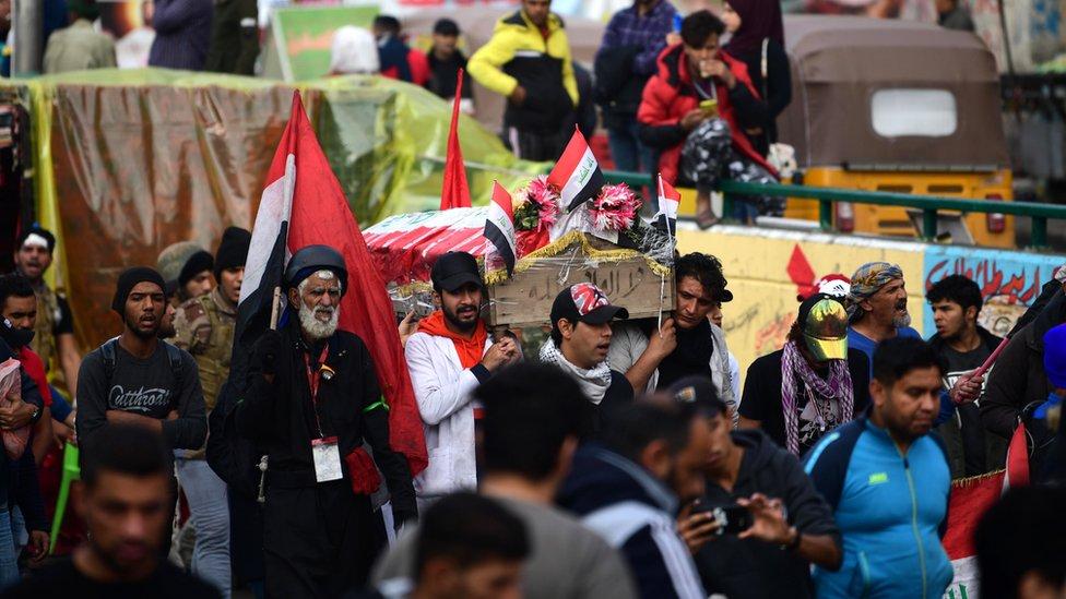 متظاهرون يشيعون أحد الضحايا