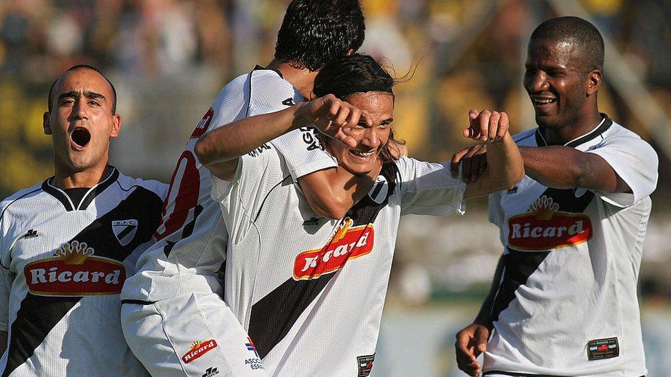 Edinson Cavani festeja un gol contra Peñarol junto con el colombiano Hamilton Ricard y sus compañeros Ignacio González y Raúl Ferro.