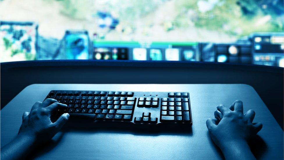 manos y teclado
