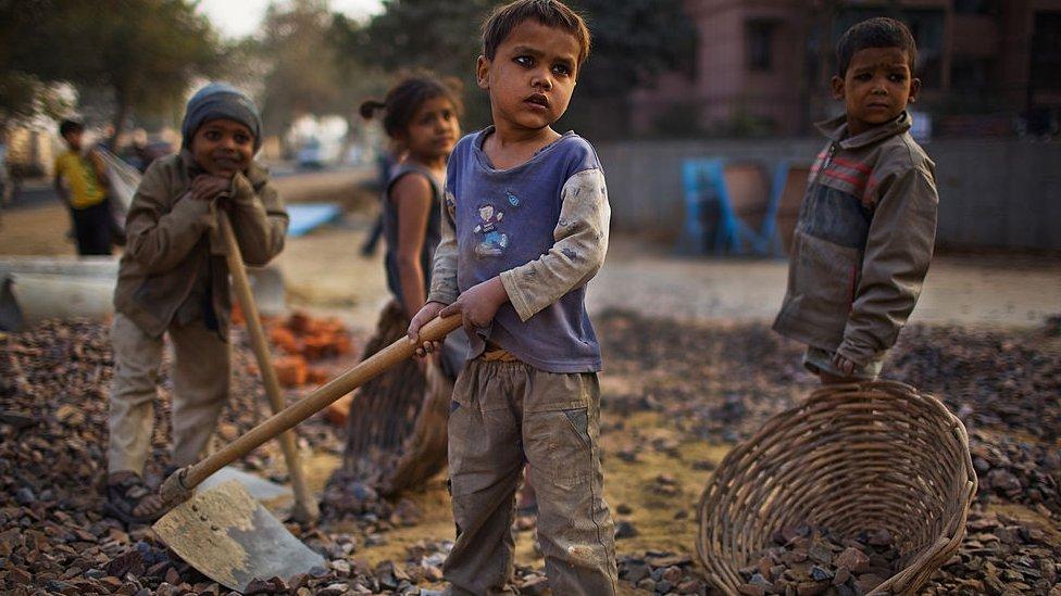 Niños trabajando en India.