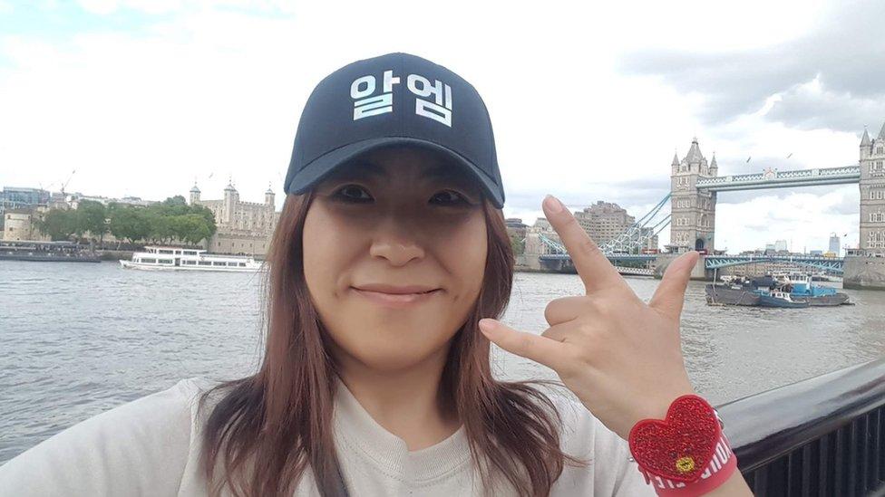 Rei di London, memakai topi RM di depan Tower Bridge