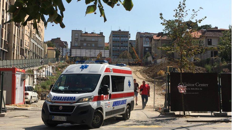 kola hitne pomoći odlaze sa gradilišta