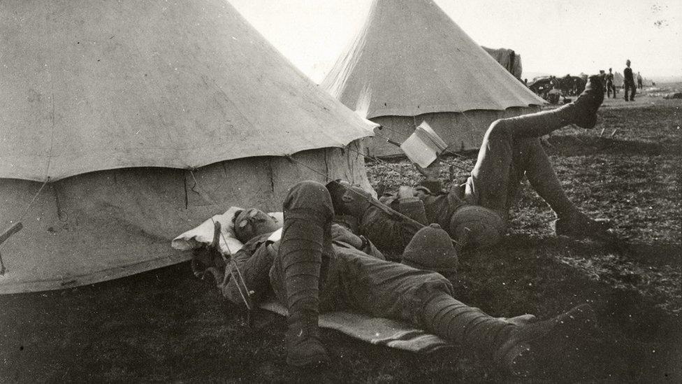 جنديان خارج مخيم