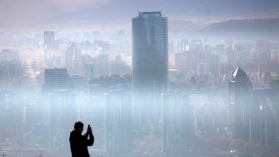 Una vista panorámica de Santiago de Chile cubierta de smog.