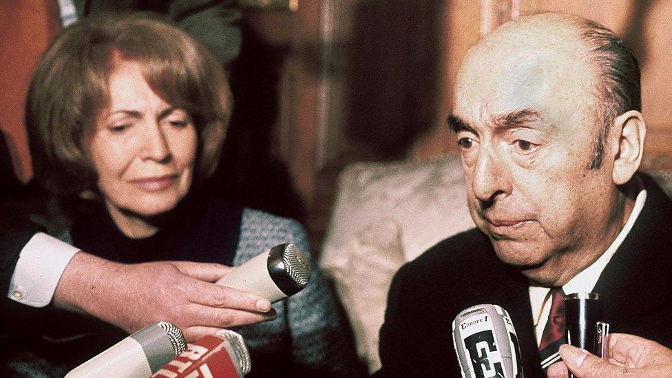 Neruda y su esposa, Matilde Urrutia, en una conferencia de prensa en Paris en 1971.