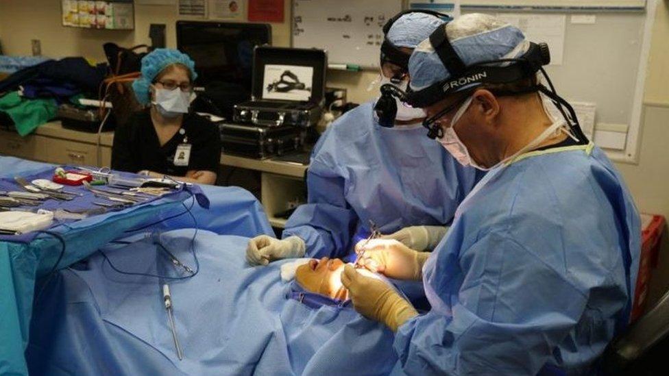 جراحون يقومون بجراحة تجميلية