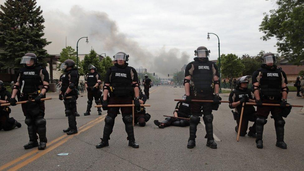 La policía seguía este viernes custodiando las calles en Minneapolis.