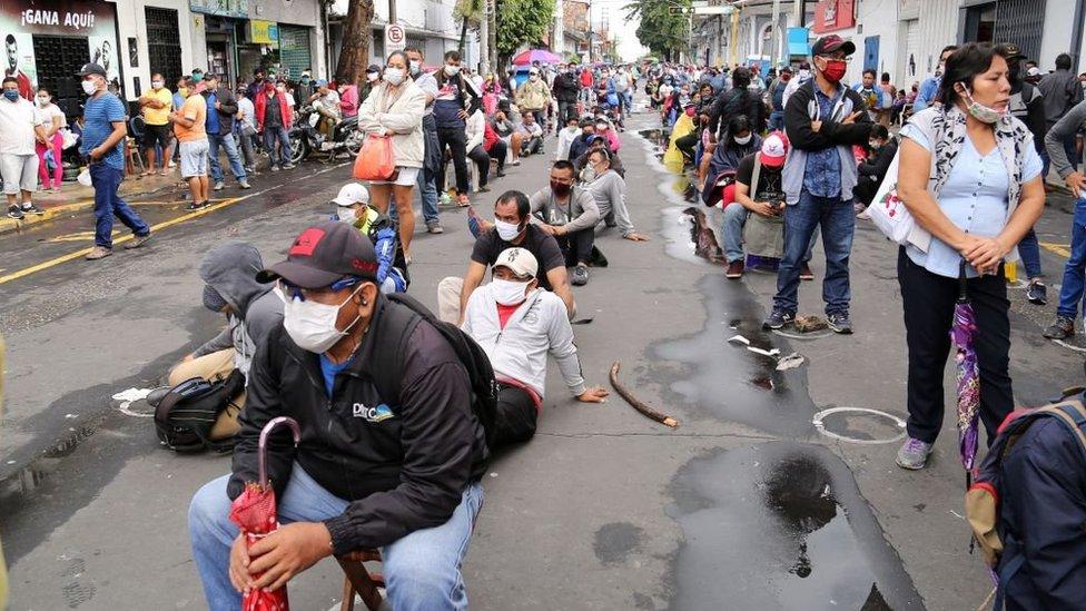 Cola de persons en Iquitos.