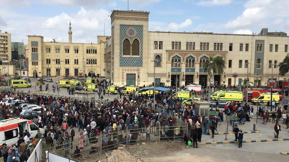 المشهد أمام محطة السكك الحديدية في القاهرة