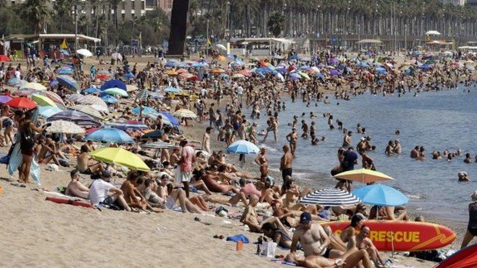 مصطافون على شواطئ برشلونة