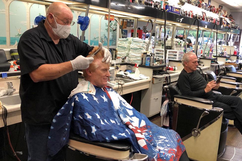 Un barbero atiende a su cliente en Atlanta.