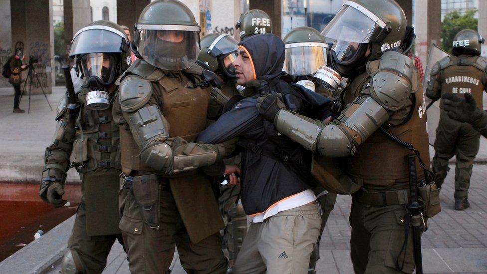 Carabineros capturando a un manifestante