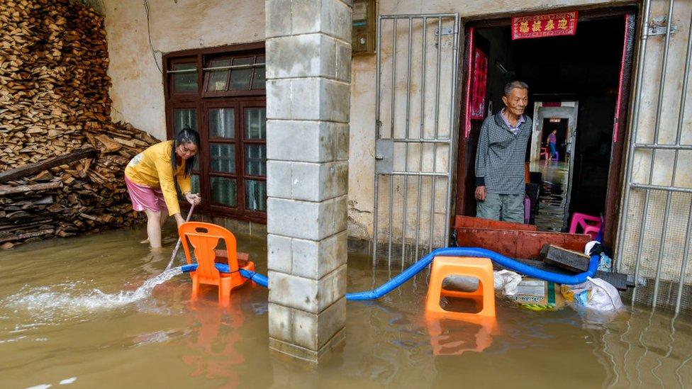 Lokalni zvaničnici kažu da se zbog poplave urušilo 17.000 kuća