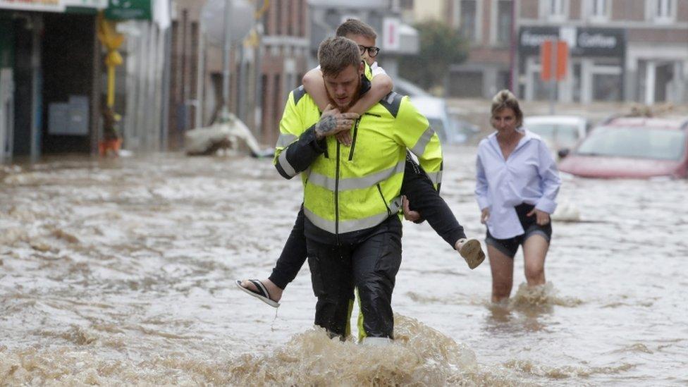 La gente camina en las calles inundadas después de las fuertes lluvias en Ensival, Verviers, Bélgica.