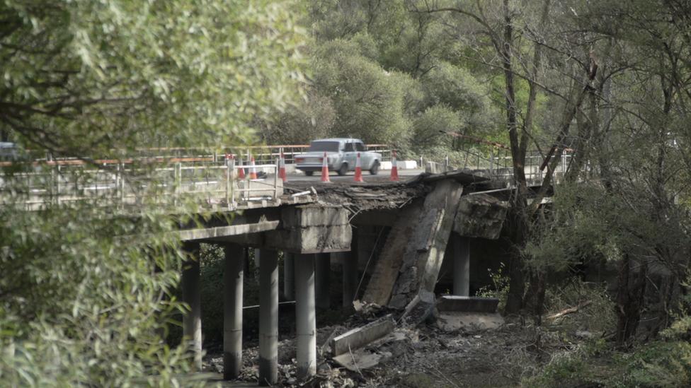 Puente en Lachin dañado por los bombardeos