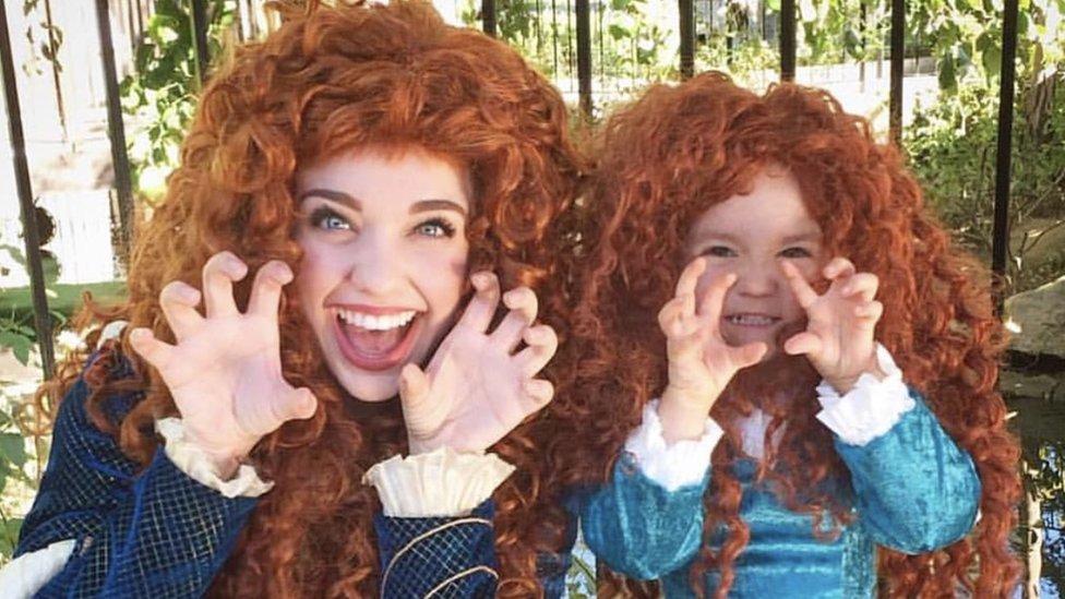 Madre e hija con vestidos de princesas
