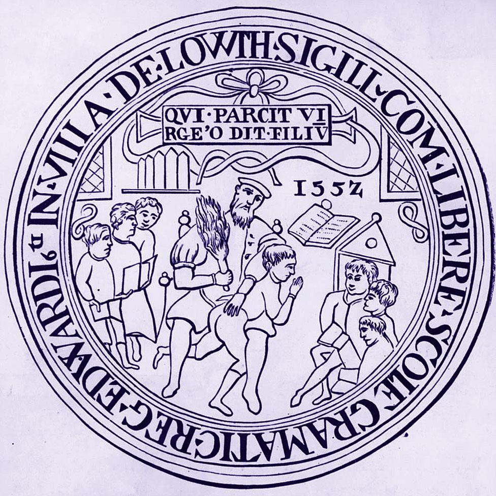 """El sello escolar de 1552 de Louth Grammar School en Inglaterra llevaba el lema """"Escatime la vara y malcrie al niño""""."""
