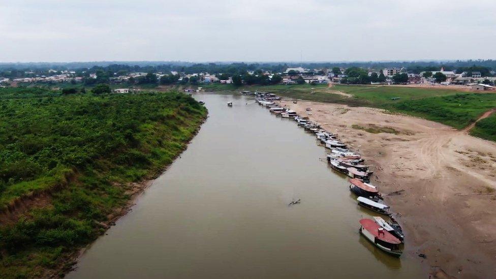Barcos alinhados no rio Envira