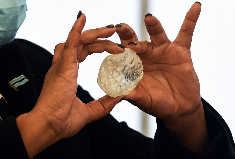 امرأة تمسك بماسة وصفت بأنها ثالث أكبر ماسة عثر عليها حتى الآن في بوتسوانا.