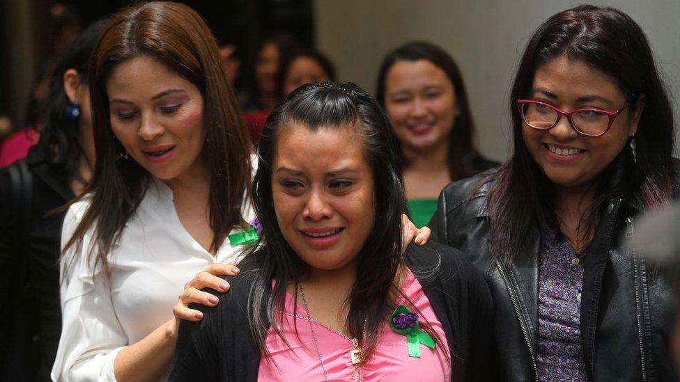 Суд в Сальвадоре оправдал девушку, которой грозило 40 лет тюрьмы из-за выкидыша