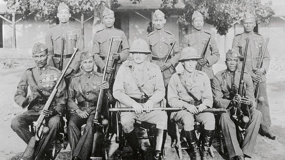 Miembros de la Gendarmería de Haití fotografiados en 1924.