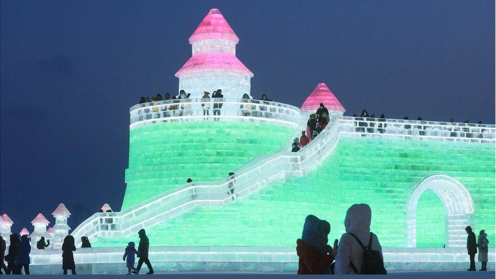 برج جليدي مضاء