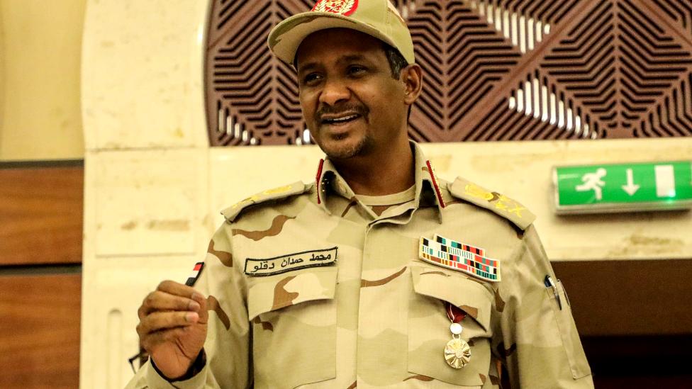 يقود حميدتي قوات التدخل السريع التي تفرعت من ميليشيات الجنجويد المتهمة بارتكاب فظائع في دارفور