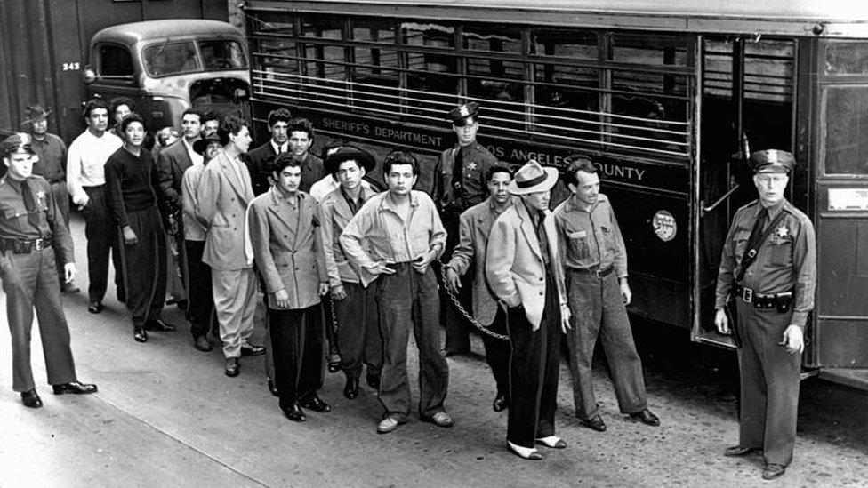 Jóvenes son conducidos a un autobús de la policía
