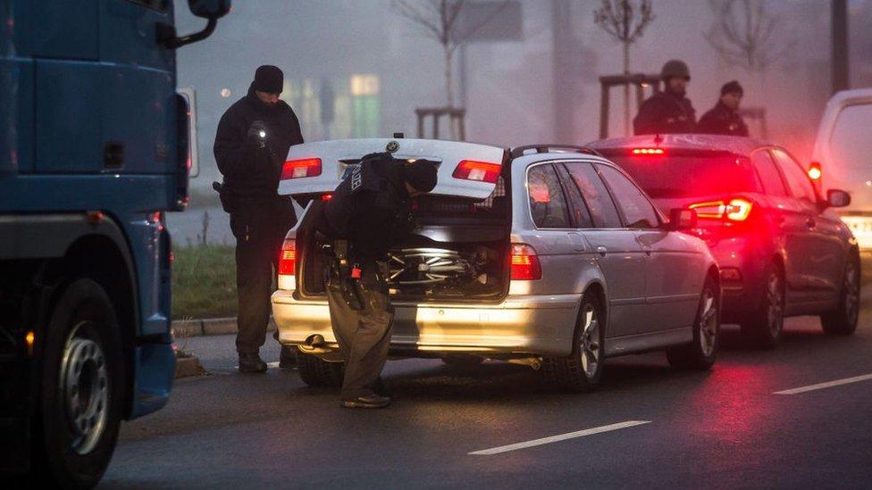 Alman polisi Almanya-Fransa sınırında araçları kontrol ediyor