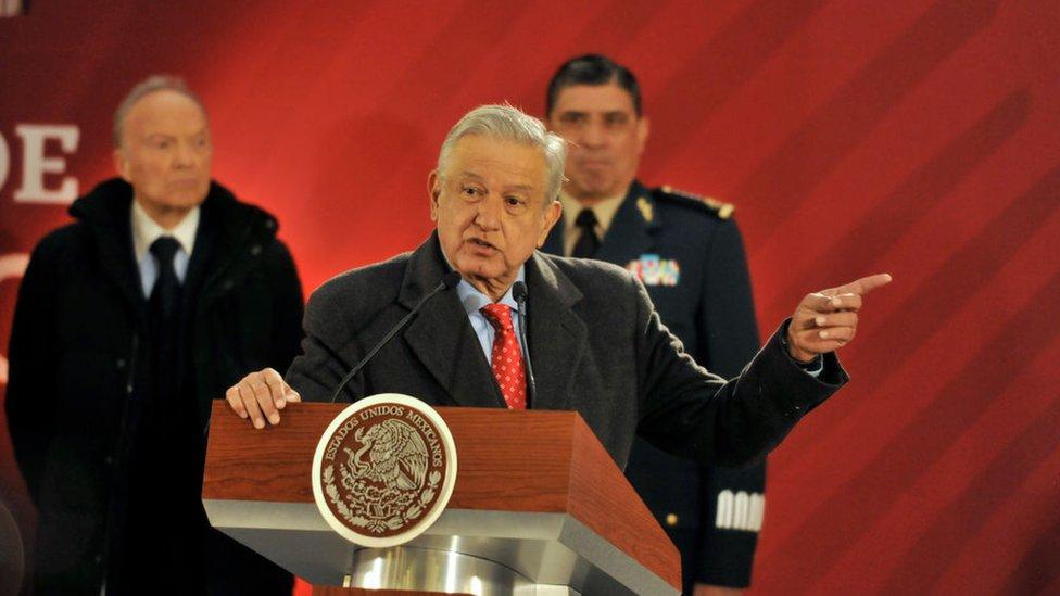 López Obrador en un atril.