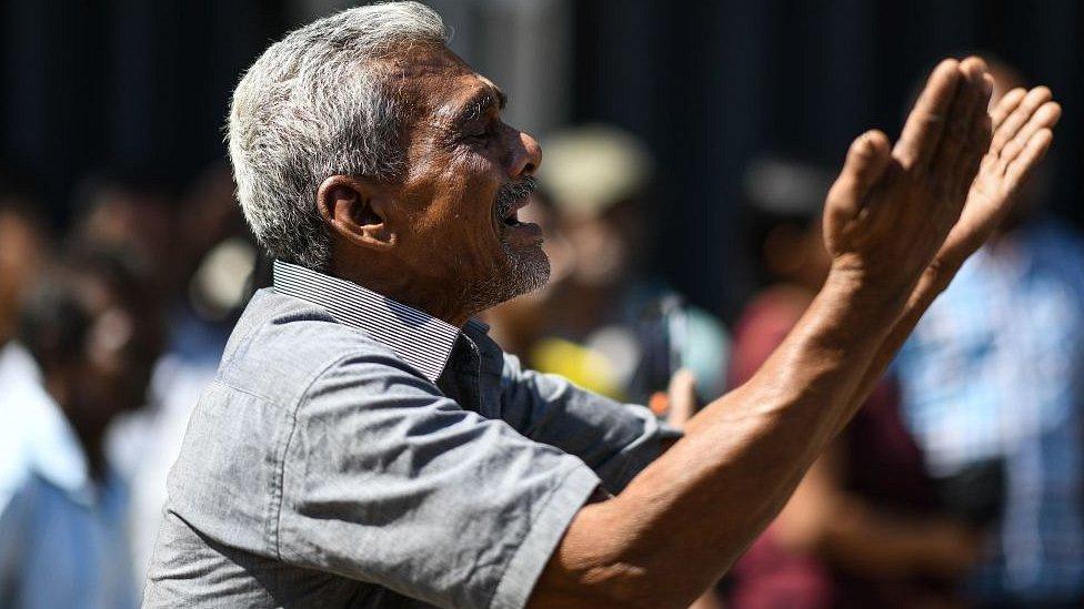 Čovek plače ispred crkve Svetog Antonija u Kolombu