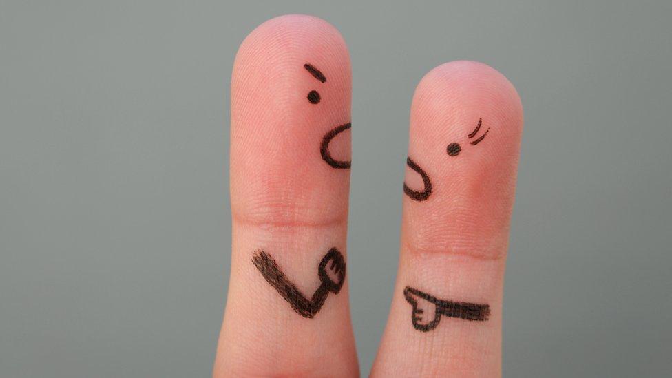Dedos pintados que representan a un padre y a su hija teniendo una discusión