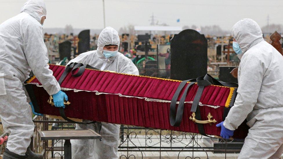 Коронавирус в России: впервые больше 500 смертей в сутки, Ширвиндт заразился
