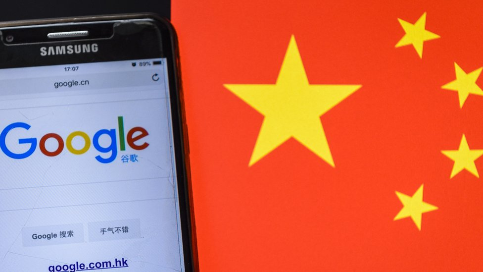 Una pantalla con Google sobre mapa de China.