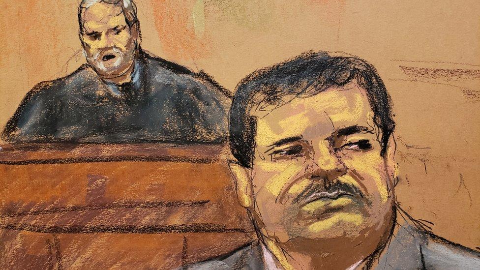 Sketch de El Chapo durante la audiencia en la que se dio a conocer su sentencia.