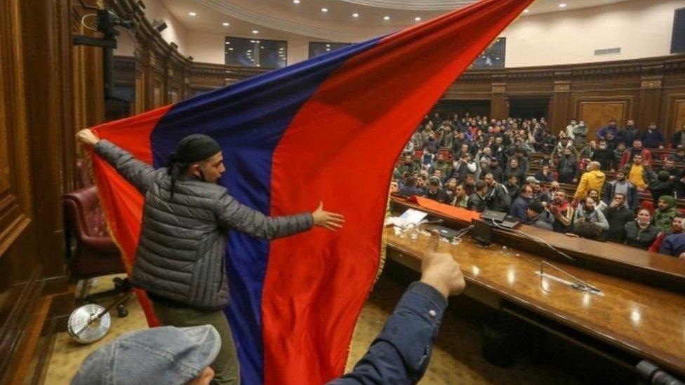 Pengunjuk rasa di Yerevan setelah kesepakatan damai diumumkan.