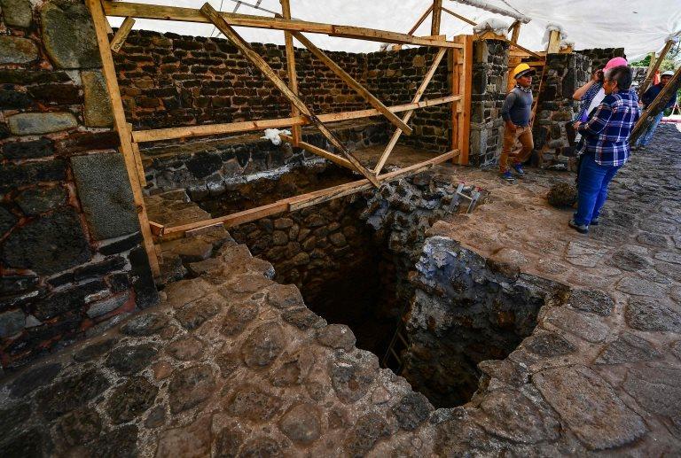 Los expertos realizan trabajos de búsqueda de vestigios en el templo descubierto.