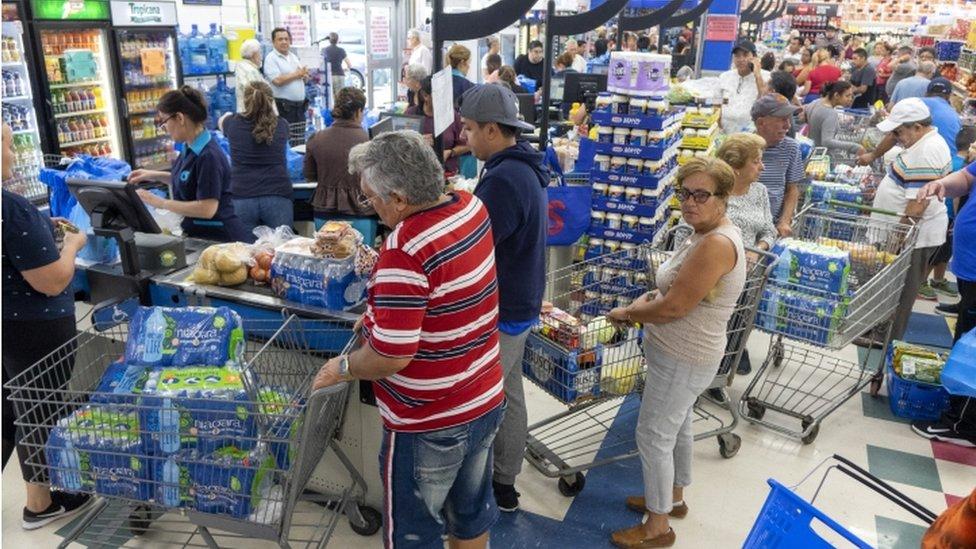 Gente comprando agua