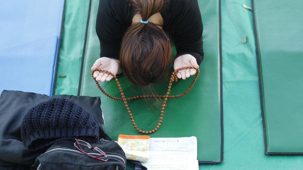 Mujer con rosario.