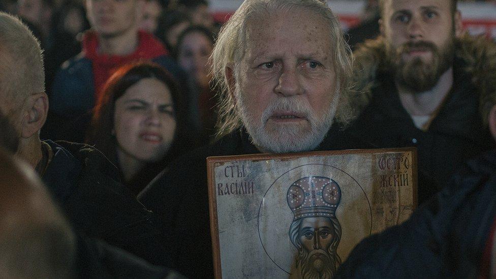 Čovek sa ikonom Svetog Vasilija Ostroškog