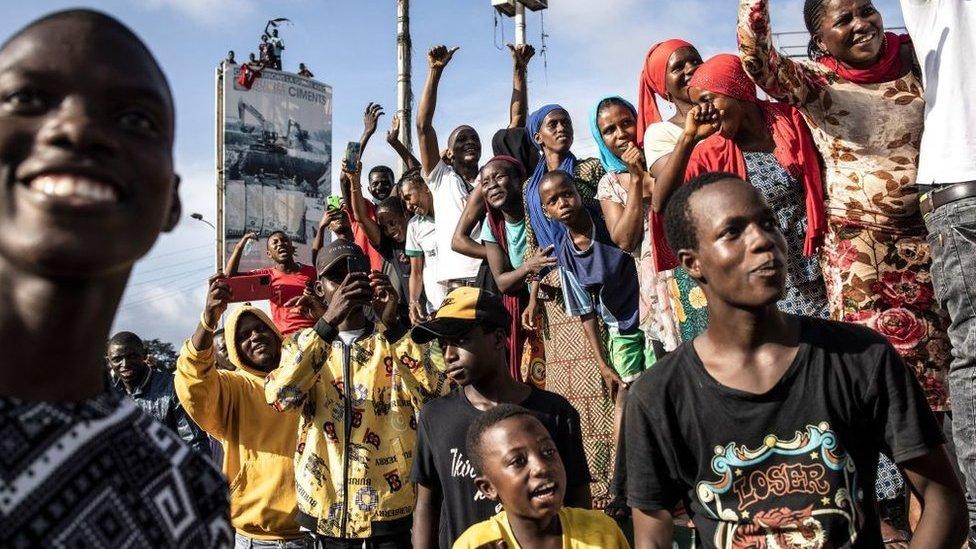 أنصار يهتفون مع وصول النشطاء المنفيين إلى كوناكري في 18 سبتمبر/أيلول 2021