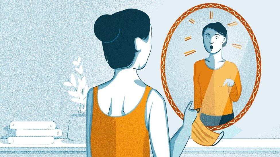 Ilustración de una mujer hablando a un espejo
